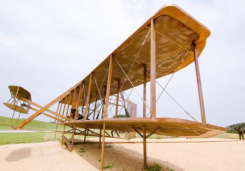 أول طائرة